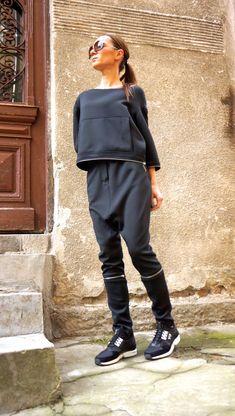 Questo splendido confortevole nero pantaloni cerniera staccabile della biforcazione sciolto goccia sarà tua Indumento Must have per la nuova stagione... Così comodi e facili da indossare allo stesso tempo un tocco di eleganza e stile... Si possono indossarelunghe gambe o ritagliatastile