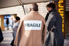 Os frequentadores da Pitti Uomo sempre dão um baile de estilo, mostrando que o guarda-roupa masculino é muito mais elástico e divertido do que as pessoas imaginam. Na galeria abaixo, mais de 30 looks com foco na alfaiataria, vistos na edição de Inverno 17 da feira em Florença.