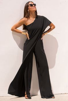 One Shoulder Ruffle Jumpsuit Attending a gala or special event? Then make an unforgettable statement in this chic crepe jumpsuit with a sexy one shoulder overlay that drapes one side to reveal split leg d Casual Outfits, Cute Outfits, Fashion Outfits, Ruffle Jumpsuit, Black Jumpsuit, Ruffle Pants, One Shoulder Jumpsuit, One Shoulder Dresses, Split Legs
