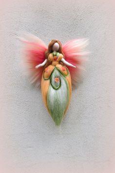 Handgefertigtes Unikat aus hochwertiger Merinowolle in zauberhafter Farbkombination! Engel Vanda Diese zauberhafte Fee kommt in Hellgrün, Lachs, Apricose zu Dir nach Hause! Ca. 23 cm...
