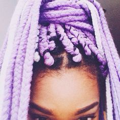 All styles of box braids to sublimate her hair afro On long box braids, everything is allowed! For fans of all kinds of buns, Afro braids in XXL bun bun work as well as the low glamorous bun Zoe Kravitz. Box Braids Hairstyles, Protective Hairstyles, Protective Styles, Updo Hairstyle, Prom Hairstyles, Hair Art, My Hair, Colored Box Braids, Purple Box Braids