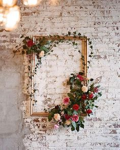 Inspiração Tullier: Uma ideia simples e barata para dar um charme na decoração do casamento ou mesmo da sua casa é enfeitar uma moldura com flores. Simples e lindo! Faça você mesmo! DIY!