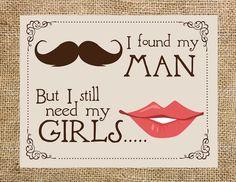 """Frases para convite de casamento para padrinhos: Outra ideia de convite em papel, mas com uma mensagem divertida! """"Encontrei meu homem, mas preciso das minhas meninas!"""""""