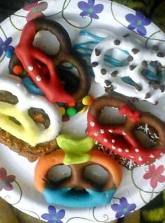 Disney themed chocolate cover pretzels! #disney #pretzels #chocolate #chocolatecoveredpretzels #disneytreats #treats #diysnacks #diy #fun #funsnacks #kids #mickeymouse #mickey #minnie #minniemouse #donaldduck #donald #goofy