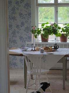 Underbaraclaras new dining room is lovely! I want a home that looks like this! Swedish Cottage, Swedish Decor, Red Cottage, Cottage Living, Cottage Style, Scandinavian Living, Scandinavian Interior, Casas Magnolia, Dining Area