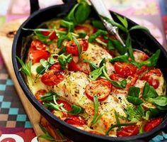 Hemligheten med den här ljuvliga laxgratängen är den smakrika såsen som komponeras ihop av bland annat dijonsenap, vitvinsvinäger och dragon. Gratängen gräddas sedan färdigt i ugnen och serveras med ris och en mâchesallad. Fish Recipes, Lunch Recipes, Seafood Recipes, Cooking Recipes, Healthy Recipes, Salmon Dishes, Fish Dishes, Avocado Salad Recipes, Happy Foods