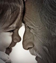 Pintas de blanco los cabellos,y de arrugas los cuerpos,pero hay sabiduría en tus años,la producida por alegría, tristeza o por los daños. Por los momentos más felices,o por aquellos que han dejado cicatrices, por el dolor acumulado o los errores cometidos... Sabiduría que brota en tus palabras, en forma de consejos o regaños... Tercera edad, que pausas el caminar, haces lento el hablar...también haces que aprendamos a escuchar. (Henry Ricardo)
