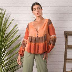 Bata love em estampa tie dye e toda a fluidez que amamos 💛 . Off Shoulder Blouse, Tie Dye, Spring Summer, Ootd, Sun, Womens Fashion, Women's Fashion, Woman Fashion, Tye Dye