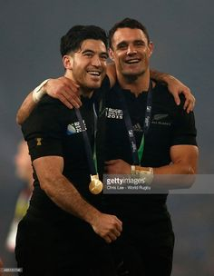 Nehe Milner-Skudder (L) and Dan Carter of the New Zealand All Blacks celebrate victory with their medals after the 2015 Rugby World Cup Final match between New Zealand and Australia at Twickenham Stadium on October 2015 in London, United Kingdom. All Blacks Rugby Team, Nz All Blacks, Rugby Sport, Rugby Men, Dan Carter, Twickenham Stadium, Rugby World Cup, Rugby Players, London United