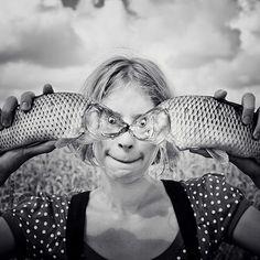 """Creo que es muy original y divertida. Oleksandr Hnatenko é bastante jovem: nasceu em 1986, em Zolochiv, na Ucrânia. Depois, foi estudar fotografia em Viena, Áustria. Hoje vive na Alemanha. Expressa preferência pela luz natural e investe muito na própria criatividade e imaginação, o que transforma sua fotografia em """"surreal"""", como ele mesmo define."""