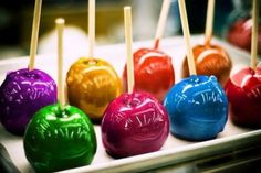 Halloween Candy Apples, Halloween Snacks, Halloween Party, Colored Candy Apples, Candy Apple Bars, Magnum Paleta, Gourmet Caramel Apples, Cinnamon Candy, Apple Recipes Easy