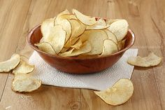 Crispy homemade potato chips tossed in a spicy barbecue seasoning are easier to make than you think! Recipes for baked potato chips and fried potato chips Healthy Junk, Yummy Healthy Snacks, Snack Recipes, Vegan Recipes, Healthy Eating, Potato Chips Homemade, Fried Potato Chips, Java, Salt And Vinegar Potatoes