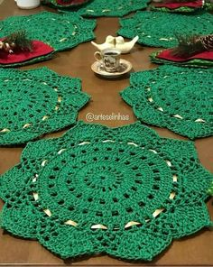 Crochet Placemats, Crochet Table Runner, Crochet Tote, Crochet Doily Patterns, Diy Crochet, Crochet Doilies, Crochet Flowers, Flower Patterns, Xmas Crafts