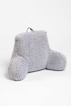 O encosto de tricô cinza é da Urban Outfitters e custa US$ 169 (ou R$ 576) - e eles entregam no Brasil!