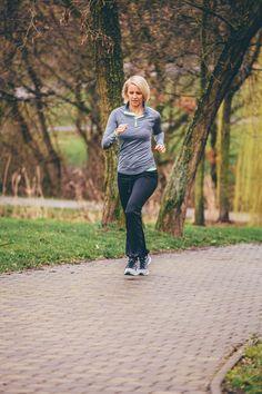Po dlouhém šedivém období máme konečně jaro se vším všudy. Sluníčko nás láká ven a to je hrozně fajn, protože díky tomu jsme více aktivní. Málokomu se tak chce zavírat do fitka a dobrovolně se ochudit o vitamín D, který ze slunečních paprsků můžeme načerpat.  Dobrá zpráva je, že můžete zůstat věrn Sporty, Running, Workout, Style, Fashion, Swag, Moda, Fashion Styles, Keep Running