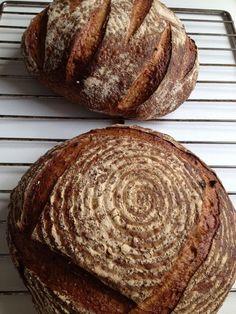 Pools zuurdesembrood uit de houtoven. De afdruk van een geribbeld mandje, waar het brood in rijst, geeft de leuke structuur.