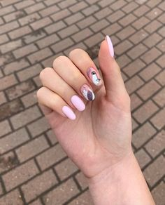 "Vous ne l'avez surement pas loupé si vous suivez les tendances sur Instagram, la manucure ""Picasso"" ne cesse de gagner du terrain depuis quelques mois ! Rose Nail Art, Rose Nails, Aycrlic Nails, Hair And Nails, Stylish Nails, Trendy Nails, Picasso Nails, Checkered Nails, Romantic Nails"