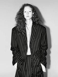 Willy Vanderperre fotografierte Model Natalie Westling für die S/S 17 Kampagne von Jil Sander. Dabei setzt er auf schlichte Fotos, die mit einer starken Belichtung überzeugen.