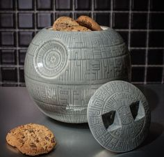 Death Star Cookie Jar - That's no moon! It's a cookie jar shaped like the death star! This jar comes straight from the Star Wars Shop, it's entirely from durable Polyresin and features a counter-friendly flat base for proper counter storage. Cocina Star Wars, Star Wars Kitchen, Design3000, Catty Noir, Star Wars Love, Star Wars Stuff, Star Cookies, Wookie Cookies, Home Theater