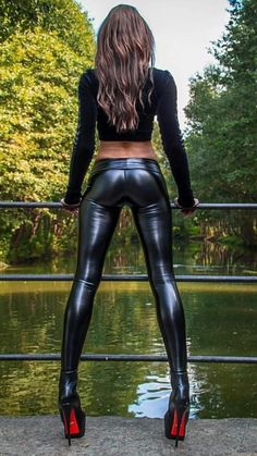 You seriously do not want to miss out on this leggings! Wet Look Leggings, Shiny Leggings, Tight Leggings, Sexy Latex, Sexy Outfits, Elegantes Outfit, Latex Fashion, Skin Tight, Short
