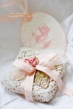 csomagolás csipkével és rózsával - Laughing With Angels
