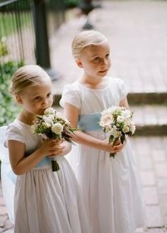 Mini bouquets for flower girls as an alternative to baskets of petals