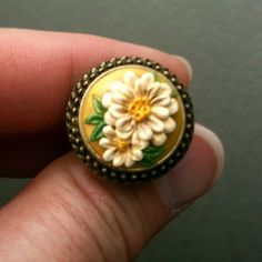 Yellow ring with daisies by jainnie.jenkins, via Flickr http://www.jainniejenkins.com
