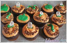Cupcakes de chocolate y buttercream de vainilla para Halloween decorados con fondant y lápiz pastelero de chocolate