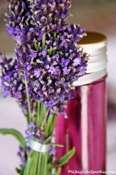 Unser Garten ist derzeit übersät mit blühendem Lavendel. Lilafarbene, duftende Gewächse wohin das Auge nur schaut. Diese Pflanzen wachsen bei uns so sehr, dass man mit dem Zurückschneiden der Lavendelstöcke manchmal nicht mehr nachkommt. Aber ich beklage mich nicht! Im Gegenteil! Lavendel ist toll. Und so vielseitig einsetzbar! Lavendel ist im Geschmack dem Rosmarin ähnlich …Weiterlesen…