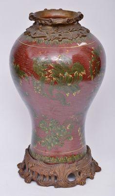 Elegante vaso chinês em porcelana na cor vinho decorada com ramagens na cor verde. Base e borda em b