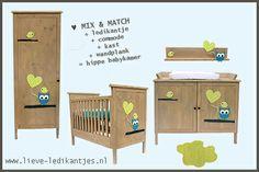 Unieke babykamer in de kleuren blauw en lime. Handgemaakte houten meubels voor de babykamer: www.lieve-ledikantjes.nl, Kleed: Ligne Pure
