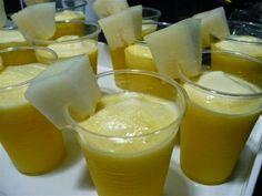 Imagen: www.brnconcepto.com Necesitamos 8 hojas de menta 300 gramos de piña congelada 300 gramos de melón congelado Preparamos ...