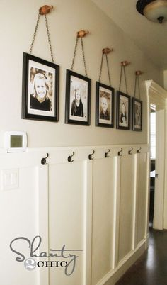 Wall Art ~ Gallery Frames Easy & cheap DIY project to fill a big wall - no power tools needed. Frames on chains on finials.Easy & cheap DIY project to fill a big wall - no power tools needed. Frames on chains on finials. Diy Wand, Gallery Frames, Gallery Wall, Picture Frame Display, Family Picture Frames, Family Photos On Wall, Display Family Photos, Hanging Family Photos, School Picture Frames