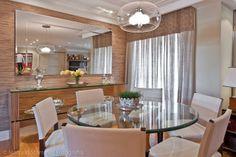 sala de jantar com mesa redonda de vidro