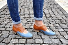 Classic oxfords get an awesome update with a cool cut-out front! Genuine leather sculpts a sleek silhouette from round toe to wooden heel. Outer and inner material - genuine leather, sole - manmade, closure - laces, heel 2.5 cm / 1.0. --------Size Conversion & Feet Measurements--------