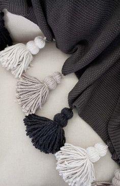 DIY klobige Quaste Decke - Deko ideen DIY chunky tassel blanket # chunky DIY wall h Easy Knitting Projects, Crochet Projects, Sewing Projects, Diy Projects, Knitting Ideas, Diy Tassel, Tassels, Tassles Diy, Yarn Crafts