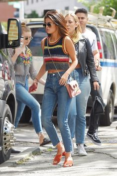 Selena Gomez found the summer top to match blue jeans - Selena Gomez wears a . - Selena Gomez found the summer top to match blue jeans – Selena Gomez wears an Alexa Chung Rainbow - Blue Jeans, Jeans Azul, Alexa Chung Style, Celebrity Style Casual, Celebrity Outfits, Celeb Style, Style Selena Gomez, Selena Gomez Outfits Casual, Selena Gomez Closet