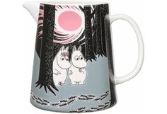 Children and adults alike fall in love with the sympathetic characters of Moomin Valley as created by the author Tove Jansson. The Arabia artist Tove Slotte-Elevant has designed the delightful Moomin objects in keeping with the original drawings. Moomin Shop, Moomin Mugs, Moomin Valley, Tove Jansson, Broste Copenhagen, Ceramic Pitcher, Ceramic Tableware, Plates And Bowls, Marimekko