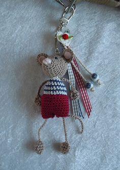 Keychain with amigurumi charm Love Crochet, Diy Crochet, Crochet Crafts, Yarn Crafts, Crochet Projects, Crochet Amigurumi, Amigurumi Patterns, Crochet Dolls, Crochet Patterns