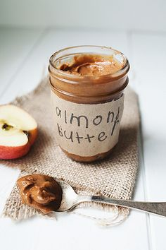 How to make homemade almond butter! So easy and YUMMY! Think Food, Love Food, Homemade Almond Butter, Homemade Food, Breakfast Desayunos, Yummy Food, Tasty, Baking Ingredients, Nutella