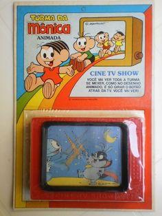 Você se lembra dessas mini TVs de brinquedo? Você girava o botão atrás da TV e a história passava em slides. Era muito legal! Relembre mais de 800 brinquedos dos anos 80 e 90 no site www.voceselembra.com Karaoke, Tv, Show, My Childhood, Retro Vintage, Nostalgia, Lunch Box, 1980, Design