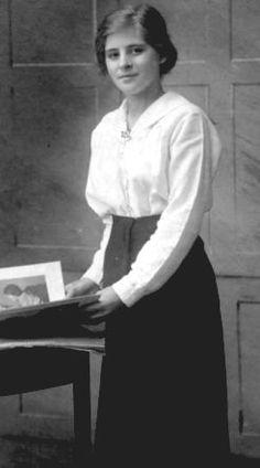 The True Gibson Girl. Trim, feminine, but will with a newfound personal power. 1918 Fashion, Edwardian Fashion, Fashion History, Vintage Fashion, Edwardian Era, Edwardian Clothing, Medieval Fashion, Women's Fashion, Victorian
