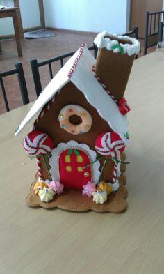 Casa de chocolate Easy Christmas Ornaments, Simple Christmas, Christmas Time, Christmas Crafts, Cardboard Crafts, Felt Crafts, Crafts To Make, Diy Crafts, Felt House