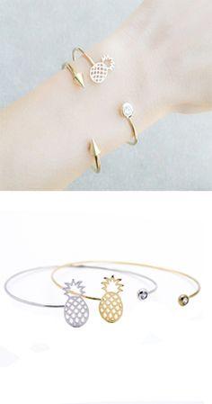 Bracelet en métal plaqué or 14k orné d'un pendentif Ananas et pierre Swarovski. Un bracelet créateur tendance à porter tous les jours. Bracelet reglable convient à tous les poignets. Disponible en métal doré et métal argenté