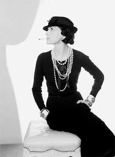 Han sido muchas las damas y celebrities, #mujeres al fin y al cabo que no han podido resistirse al encanto de las #perlas pero si tenemos que nombrar a una por excelencia esa es la mítica Coco Chanel.