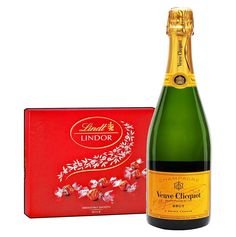 Pale in color, with a strong influence in the aromas of red fruit, this is blended in a rich theme. The texture is smooth, the delicious fruit is balanced by a sturdy design to clean it up. A generous aperitif champagne or serving with roast pork.  The gift contains Veuve Clicquot Brut 750ml champagne and 187 g Lindor Bonbons Set.  #Christmas #ChristmasGifts #Holidays Roast Fish, Pork Roast, Lindt Lindor, Veuve Clicquot, Red Fruit, Delicious Fruit, Champagne, Box, Christmas Gifts