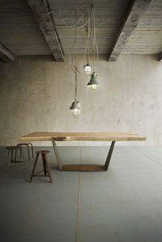 ALA - tavolo in rovere o suar con basamento in ferro con finitura manuale corten. ALA - solid oak or suar table with iron base hand finished in corten.
