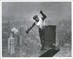 Jaw-Dropping Photos Of The Construction Of The Empire State Building - Lewis Hine Empire State Building, World Trade Center, Old Pictures, Old Photos, Vintage Photographs, Vintage Photos, Lewis Wickes Hine, New York Images, Serie Empire
