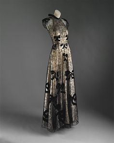 Evening gown by Madeleine Vionnet. A dream come true. Evening gown, 1939 Madeleine Vionnet (French, Pale pink lamé and black silk lace appliquéd with black silk velvet Madeleine Vionnet, 1930s Fashion, Moda Fashion, Vintage Fashion, Vintage Gowns, Vintage Outfits, Vintage Clothing, Vintage Chanel Dress, Beautiful Gowns