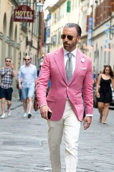 Take a look at the most stylish men at the Pitti Uomo menswear trade fair in Florence Tweed Suits, Mens Suits, Pink Suit Men, Suit Fashion, Mens Fashion, Men Street Look, Most Stylish Men, Red Shirt Dress, Designer Suits For Men